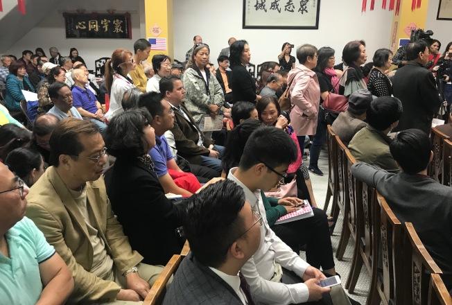 數百名人士擠滿中華總會館,許多人排隊等候發言。(記者李秀蘭/攝影)