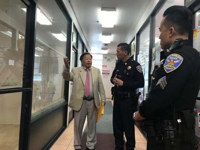 實業家李兆祥(左)願意免費讓他的商場一店鋪改為華埠警崗,中央分局長易文耀(中)及華埠警佐朱永豪(右)表示感謝及考慮。(記者李秀蘭/攝影)