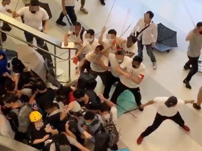 香港21日晚入夜後,元朗西鐵站突然衝進大批手棍棒的白衣人向示威者毆打施暴。(Getty Images)