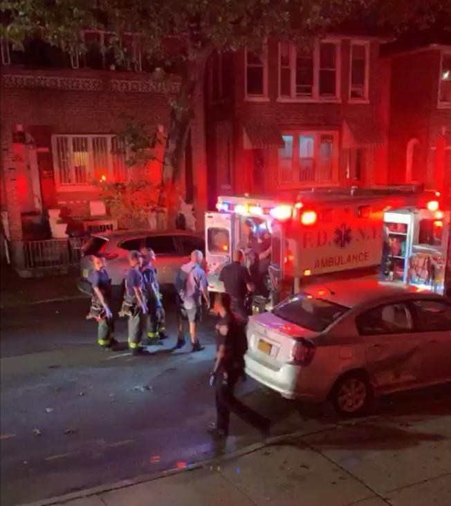 華女被抬上救護車。(圖片取自Citizen視頻截圖)