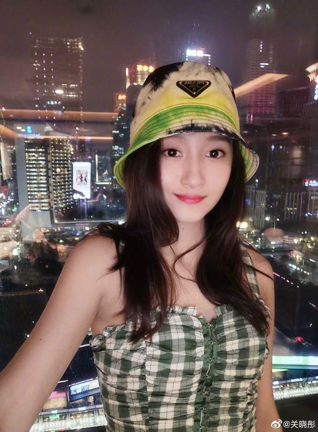 關曉彤在酒店的自拍照,看不出心情低落。(取材自微博)