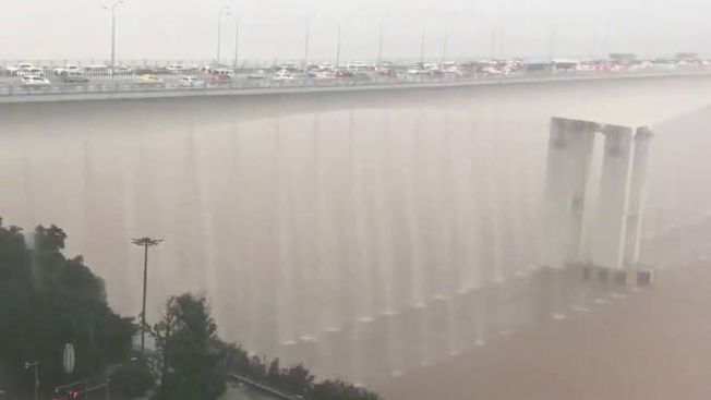 黃花園大橋因暴雨出現「瀑布」。(視頻截圖)