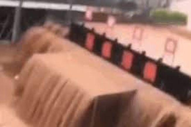 重慶因暴雨襲擊,馬路積水成河。(視頻截圖)