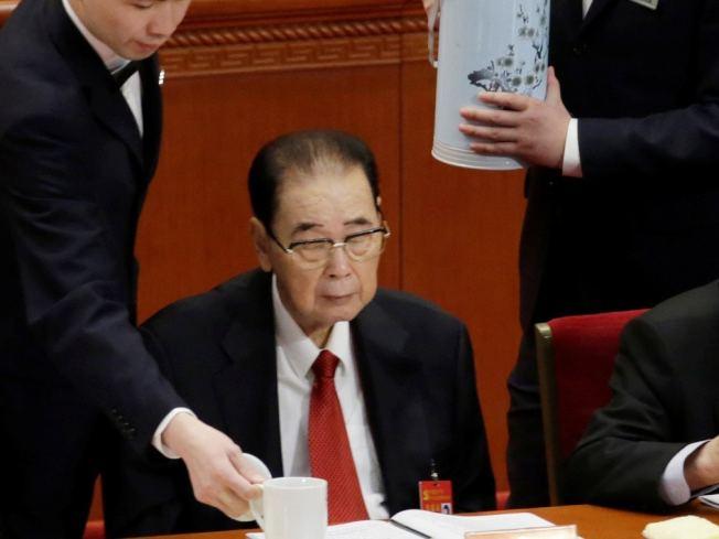 中共前總理李鵬過世,圖為他生前最後一次出現在公眾場合,2017年10月中共十九大開幕式上。(路透)