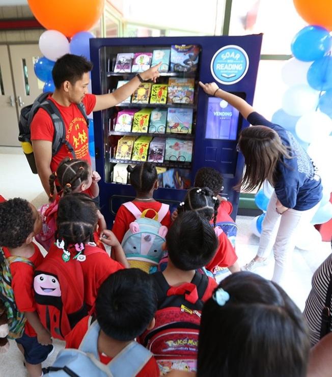 紐約市出現書籍自動販賣機,供孩子們免費獲取圖書。(取自「Soar with Reading」官網)