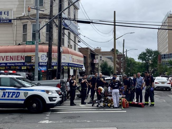 被撞的非洲裔男子被抬上救護車,送往醫院治療。(記者朱蕾/攝影)