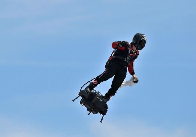 在法國國慶日表演飛行滑板驚豔全場的法國發明家沙帕塔,25日將挑戰以噴射飛行滑板飛越英吉利海峽。(Getty Images)