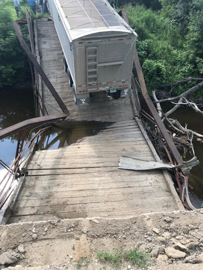 北達科他州大叉郡建於1906年的一座歷史性橋樑,日前被裝載大豆的一輛超重貨櫃車壓垮。(美聯社)