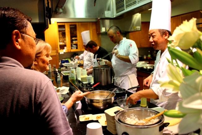 屠國城主廚(右)向民眾介紹台灣美食料理。(記者盧淑君/攝影)