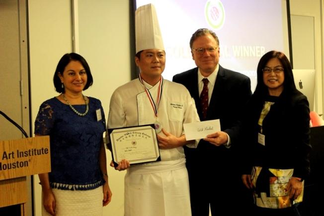 黃琦瑋(左二)獲得金牌與Amy Coburn(左一)和黃春蘭(右一)。(記者盧淑君/攝影)