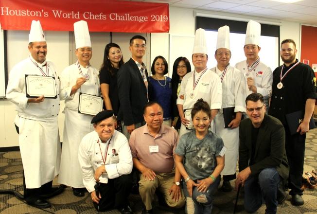 2019休士頓國際烹飪交流美食競賽,陳家彥夫婦(後排左三、四)和主廚及嘉賓。(記者盧淑君/攝影)