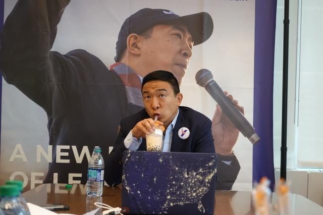 楊安澤表示自己很愛喝奶茶。(記者金春香/攝影)