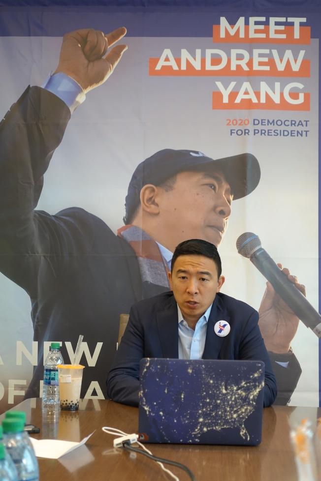 楊安澤在曼哈頓與媒體進行線上及線下互動。(記者金春香/攝影)