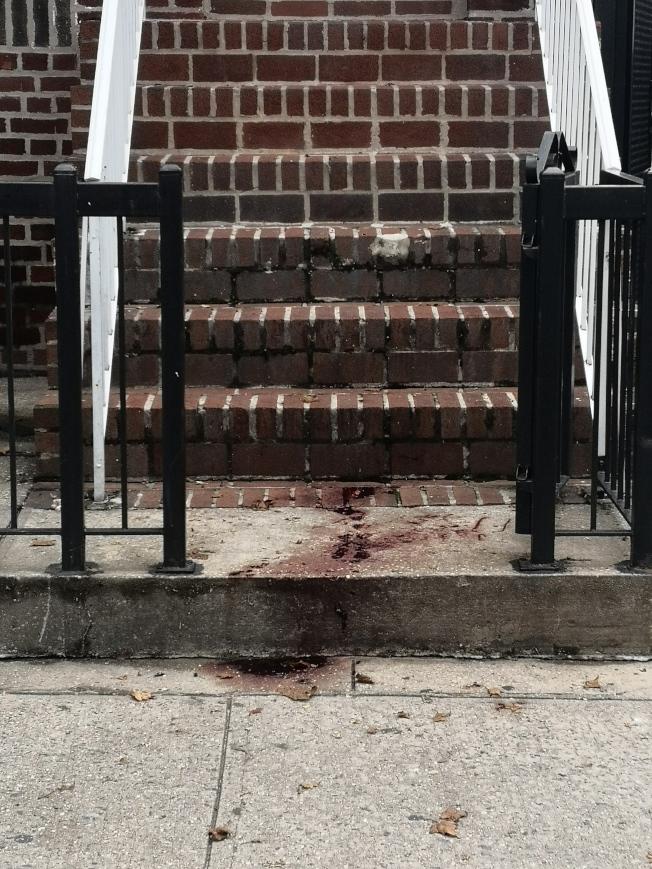 案發次日,現場仍遺留著受害人的大灘血跡。(記者黃伊奕/攝影)