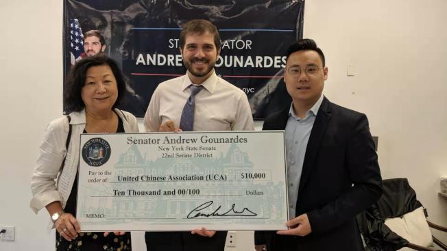 郭納德(中)向黃涵華(左)頒發傑出女性獎,同時為華人聯合會送上1萬元經費。(記者黃伊奕/攝影)