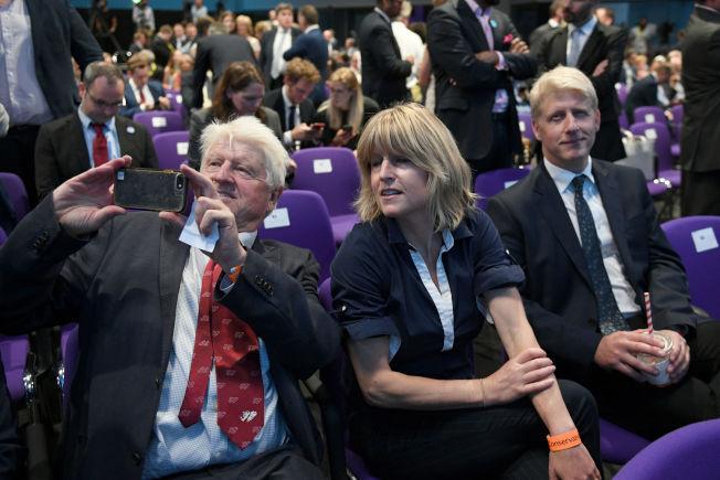 讓強生尷尬的是,父親史坦利(前左起)、妹妹瑞秋、弟弟國會議員喬,三人都反對脫歐。(Getty Images)