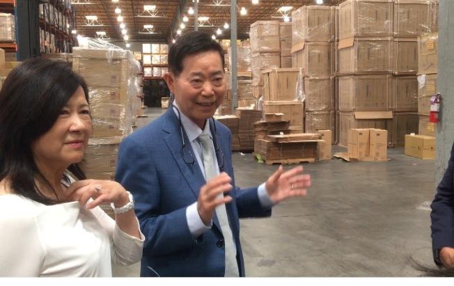 楊信(右)身為中華民國的行政院政務顧問,積極協助海外台商將生產線移回台灣,幫助台灣經濟成長。(記者謝雨珊/攝影)