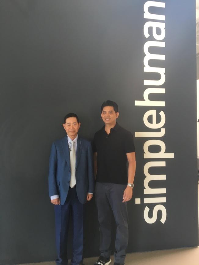 楊信(左)與大兒子Frank Yang創業有成,兩人都相當愛自己的故鄉台灣。(記者謝雨珊/攝影)