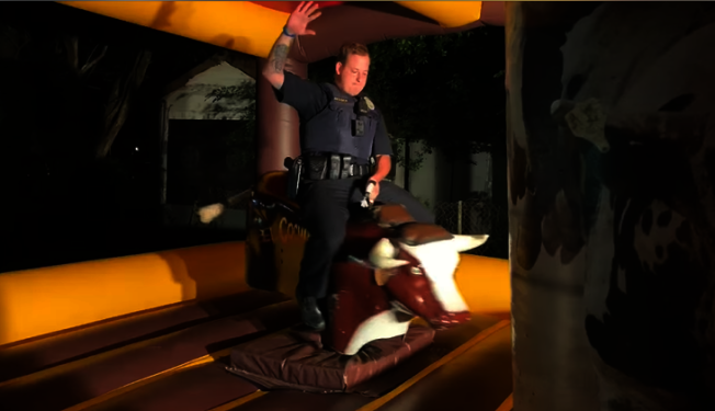 齊爾戈市(Kilgore)居民深夜抱怨鄰居派對太吵,警員到場處理化解民怨後現場表演騎公牛,技驚全場,得到市民讚揚。(齊爾戈市警局臉書)