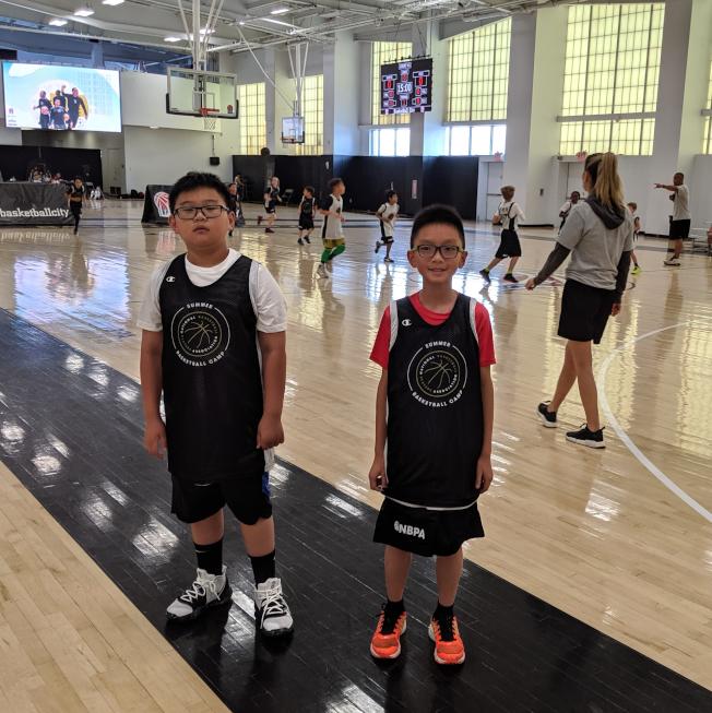 兩名參加的華裔孩童,Ryan Yim(右)與David Shan(左)都非常開心。(記者廖廷儀╱攝影)