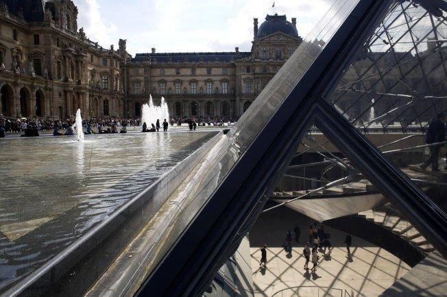 巴黎的羅浮宮博物館運用地下冷卻管線網絡系統,提供更環保的空調讓觀光客減輕高溫的不適。 美聯社