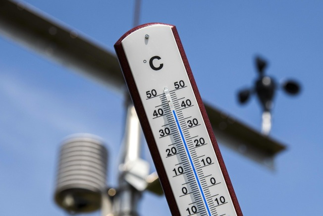 熱浪席捲歐洲,荷蘭皇家氣象所前的溫度計顯示,已經超過40℃。(Getty Images)