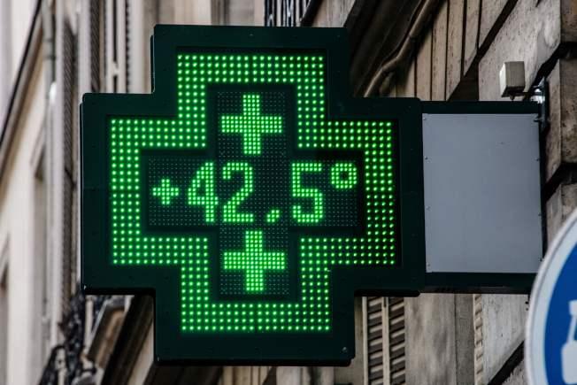 巴黎在25日出現42.6℃高溫,市區一家藥房前的溫度計顯示當時氣溫是42.5℃。(Getty Images)
