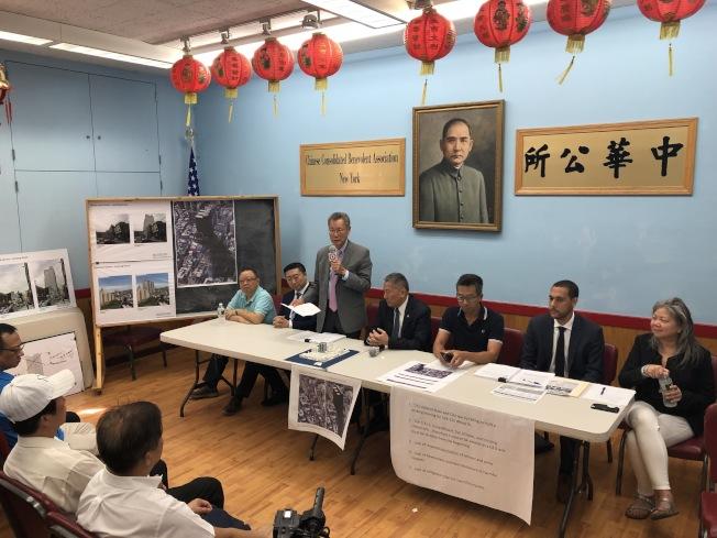 孫啟誠(左三)表示,將盡力支持社區對市府城區監獄建案發起的司法挑戰。(記者洪群超/攝影)