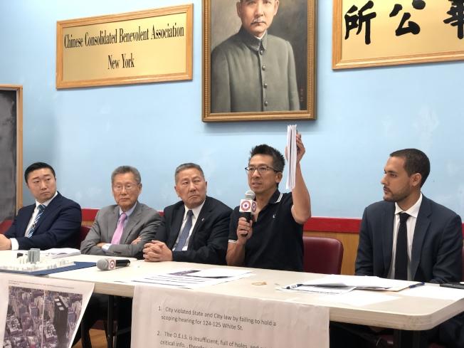 李卓勳(右二)表示,委託律師所作的217頁報告已提交市府相關部門,論證華埠監獄建案違法,程序也違法。(記者洪群超/攝影)