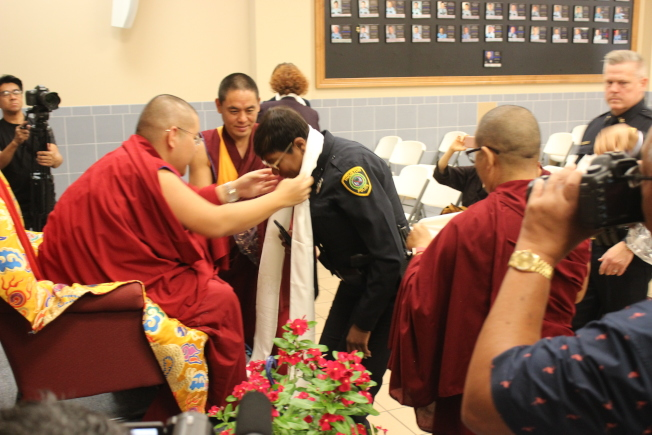 林仁波切演說過後一一為員警們祈福。(記者郭宗岳/攝影)