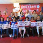 慶祝初選勝利 芝城「韓粉」開心與韓國瑜人型立牌合影