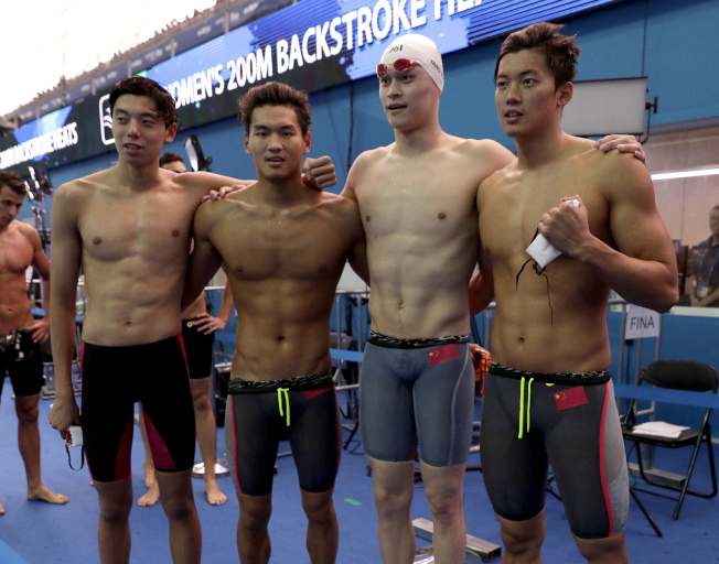 汪順(右起)、孫楊、徐嘉余、季新傑合作,為中國隊取得4X200米自由泳接力的奧運資格。(美聯社)