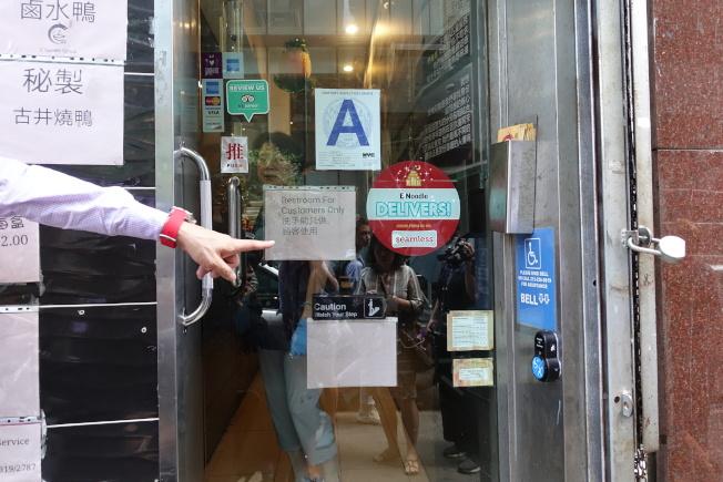 如今很多華埠店面門口都已安裝門鈴,殘障者進入前可按門鈴,店員會拿出特製坡道供其使用。(記者金春香/攝影)