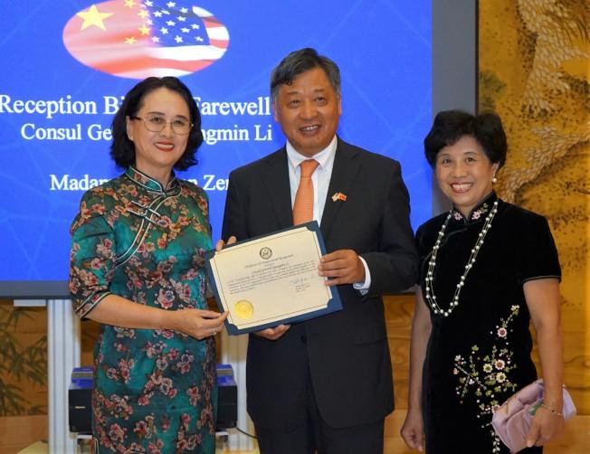美國國會眾議員希拉∙傑克森∙李的代表羅玲(左)向李強民夫婦頒發議員賀函。(記者賈忠/攝影)