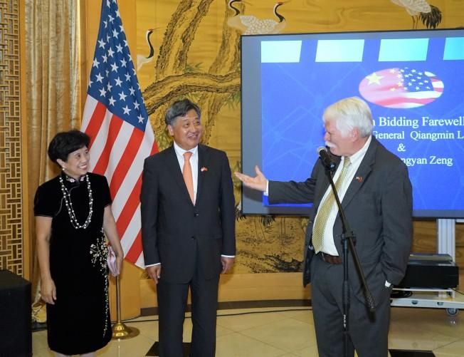 休士頓市首席發展官安迪∙艾肯(右)向李強民夫婦表示敬意。(記者賈忠/攝影)