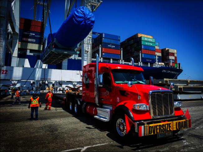 美中貿易戰影響進出口業甚鉅,圖為洛杉磯長堤港裝卸貨物。(長堤港提供)