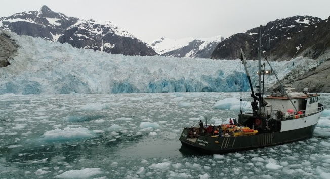 一份刊登在《科學》(Science)期刊的最新研究指出,由於科學家此前忽視環境融冰(ambient melt)的重要性,他們利用新技術測量發現,冰河在水下的融化速度不比陸地上的慢,依他們測量阿拉斯加一座冰河的結果來看,情況甚至比原先預期還要嚴重許多。(取材自俄勒岡大學)