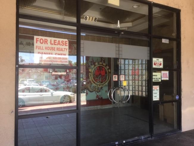 慶相逢大型餐館關閉一年,門上仍張貼著招租廣告,還沒有人接手。(記者楊青/攝影)