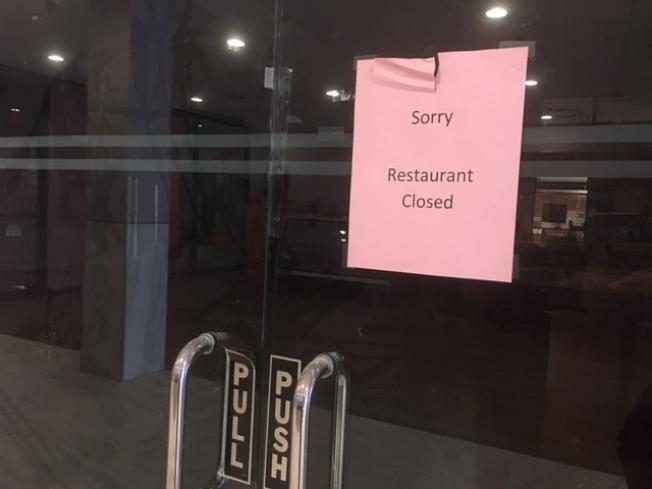 蒙特利公園市林肯酒店的附屬林肯酒家餐廳貼出關閉告示。(記者楊青/攝影)