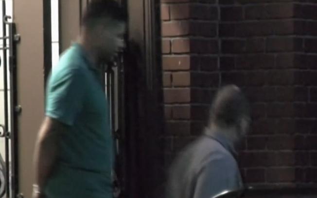 羅德格斯(左)在接受警方偵訊後,被押出警局。((WNBC電視台截頻)