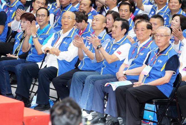 國民黨28日舉行第20屆第3次全國黨代表大會,並將通過提名高雄市長韓國瑜(右四)代表參選2020總統。除了黨主席吳敦義(右一),歷屆前主席,包括連戰(右二)、馬英九(右三)、吳伯雄(左三)、朱立倫(左二)、洪秀柱(左一)等都出席。(記者胡經周/攝影)