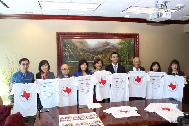 美南台灣旅館公會會長何宜中(左五)呼籲大家8月3日上午前來關心休士頓市政府的愛心活動。(記者封昌明/攝影)