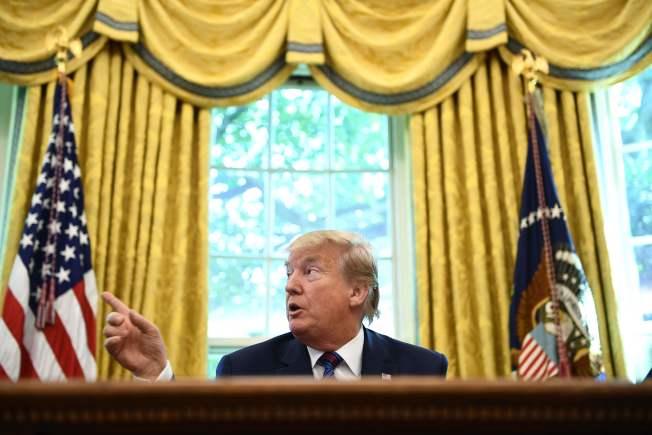 川普推文砲轟眾院監督委員會主席康明斯,掀起新的罵戰。(Getty Images)