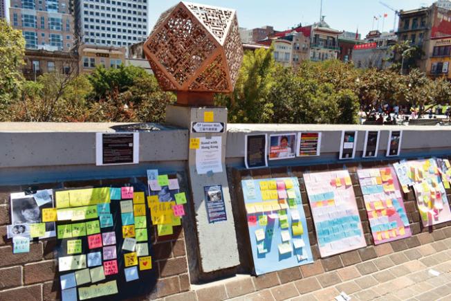 連儂牆的不少小貼紙表達對「反送中」運動的支持。(本報記者/攝影)