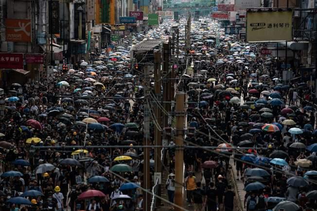 數以萬計香港市民走上街頭,加入「光復元朗」遊行,表達對港府和警方的不滿。(Getty Images)