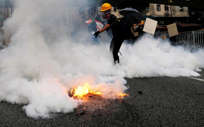 數以萬計香港市民參加「光復元朗」遊行,警方數度發射催淚彈驅散示威民眾。(路透)