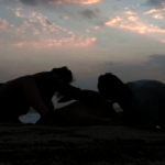 我們做到了!綠蠵龜受困阿曼海邊 情侶聯手救援