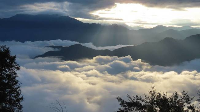 雨過天晴, 海拔2488公尺的阿里山森林遊樂區小笠原山,日出、雲海、雲瀑大自然美景同時出現,讓人讚嘆。圖/蘇家弘提供