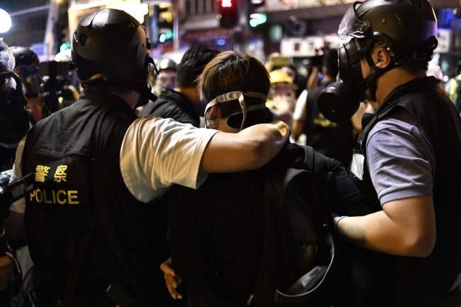 抗議者被警方逮捕。(Getty Images)