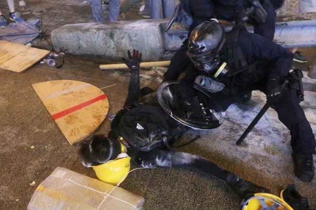 香港衝突升溫,警方、示威者皆有人受傷。(Getty Images)